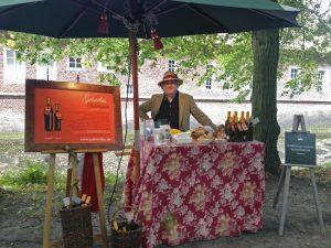 Helmut Claus mit seinem bunten Verkaufsstand