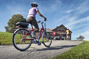 Immer mehr Gastwirtschaften bieten Ladestationen f¸r die E-Bikes ihrer G‰ste an. Wer nicht nur mit leerem Magen, sondern auch mit leerem Akku kommt, wird in zweierlei Hinsicht versorgt.