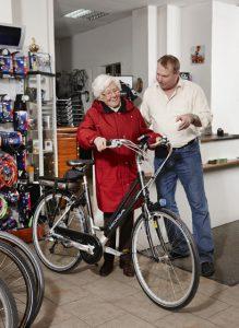 E-Bikes geben ‰lteren Radlern ein ungeahntes Mafl an Mobilit‰t zur¸ck - ein echter Quell von Lebensfreude und -qualit‰t. Eine geduldige und kompetente Einweisung in die Technik der R‰der bringt alte Hasen auf den neuesten Stand.