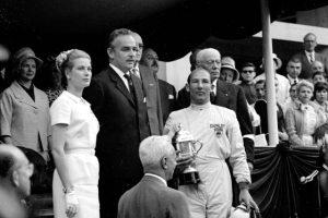 Sieg in Monaco beim Grand Prix 1960 - Stirling Moss mit dem Königspaar Prinz Rainier III und Gracia von Monaco © Moss