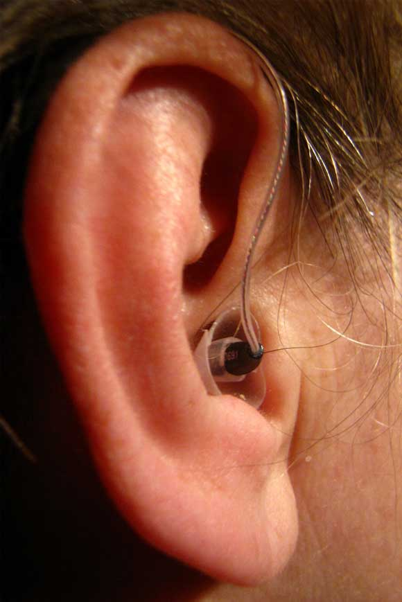 Hörgerät, der Knopf im Ohr  Foto: Hans Snoek  / pixelio.de