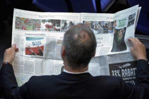 Ein Parlamentarier informiert sich am Mittwoch (17.06.09) im Bundestag in Berlin in einer Zeitung ueber die Lage im Iran. Die Abgeordneten des Bundestags haben einer Aktuellen Stunde ueber die Lage im Iran beraten. Die grosse Koalition liess das Thema gemeinsam mit den Gruenen auf die Tagesordnung setzen. Nach der Praesidentschaftswahl am Freitag (12.06.09) war Amtsinhaber Ahmadinedschad als klarer Wahlsieger verkuendet worden. Die iranische Opposition wirft dem Regime Wahlbetrug vor und fordert Neuwahlen. Die Bundesregierung kritisierte das gewaltsamen Vorgehen der iranischen Sicherheitskraefte gegen Demonstranten und Journalisten. Foto: Michael Gottschalk/ddp