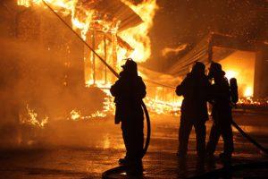 Feuerwehr lšscht einen Gro§brand in einer Zimmerei.