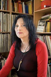 Portrait von Tanja Krienen in ihrem Wohnzimmer.