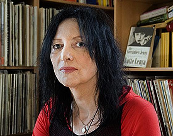 portrait von tanja krienen in ihrem wohnzimmer